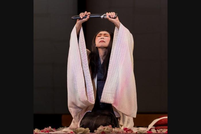 Scene uit Madame Butterfly. Cio Cio-san (gespeeld door Hiromi Omura) staat op het punt jigai te plegen. Foto via Opera Australia.