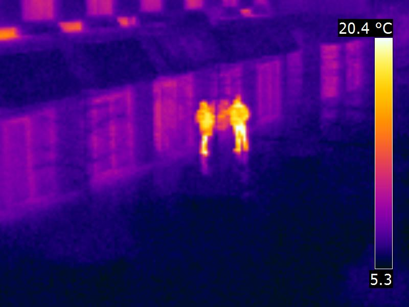 Vue thermographique de personnes en rue