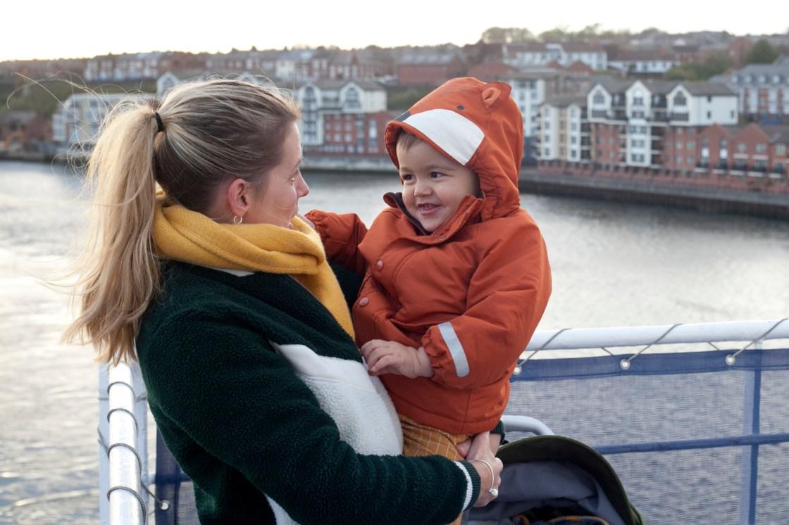 Met kleine kinderen op de Ferry naar Newcastle
