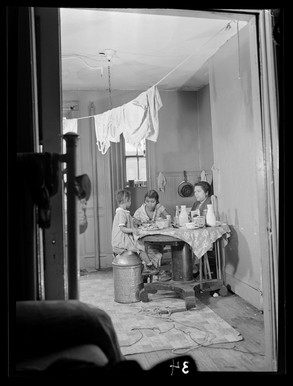 Harlem document, 1937-40. Photographed by Aaron Siskind © Courtesy the Aaron Siskind Foundation