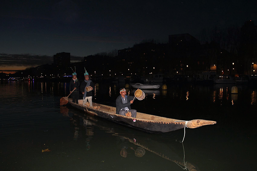 "The ""Canoe of Life"" (Kindy Challwa) arrives in Paris after a long journey of 10,000 km from Ecuador."
