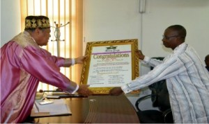 Deputy Editor, Rivers State Newspaper Corporation (RSNC), Mr Donald Mike-Jaja (right), presenting a gift to the Chairman, Rivers State  Council of Traditional Rulers, King Dandeson Douglas Jaja, during the Seniapu and members of King Jaja War Canoe House' visit to the monarch in Port Harcourt, yesterday               Photo: Nwiueh Donatus Ken