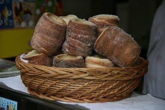 A basket with fresh Trdelník. ®Tamorlan