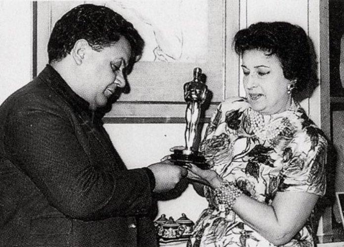 Ελληνικοί θρύλοι: ο Μάνος Χατζιδάκις και η Κατίνα Παξινού που έφτασαν να πάρουν... αγκαλιά τον θείο ΄Οσκαρ