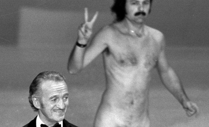 Ο Ντέιβιντ Νίβεν δεν έχασε το βρετανικό φλέγμα του με την εισβολή του γυμνού άνδρα την ώρα που βρισκόταν επί σκηνής