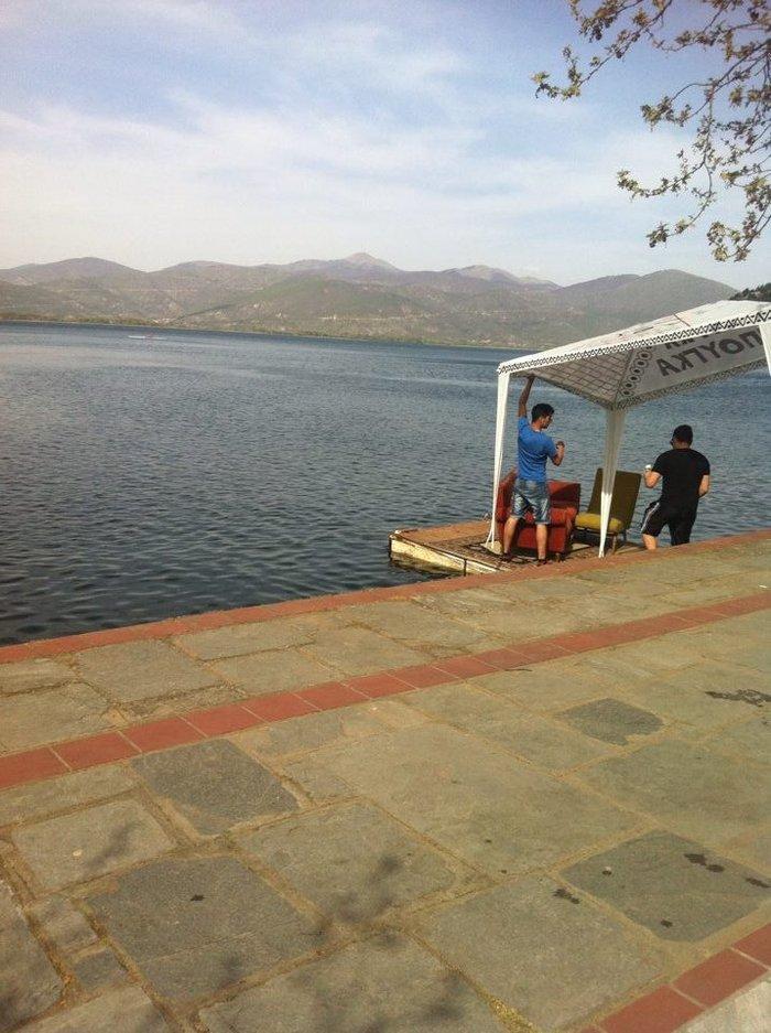Η λίμνη είναι ζωτικής σημασίας για την πόλη της Καστοριάς και για τις γύρω κοινότητες, δεδομένου ότι αφενός καθορίζει τη φυσιογνωμία τους και αφετέρου αποτελεί έναν σημαντικό φυσικό πόρο.