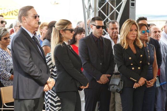 (Από αριστερά) Σπύρος Λάτσης, Εριέττα Κούρκουλου Λάτση, Πάρις Κασιδόκωστας Λάτσης, Μαριάννα Λάτση, Μαργαρίτα Λάτση. Φωτογραφία: STUDIO PANOULIS