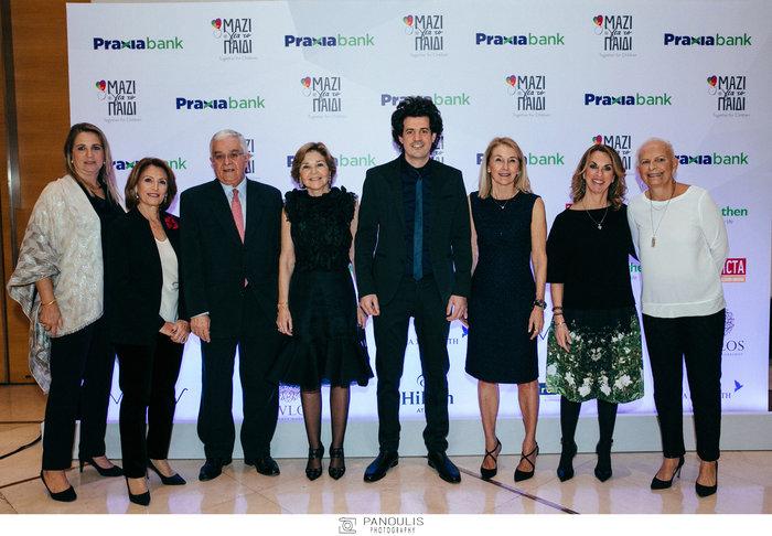 Ο Κωνσταντίνος Δασκαλάκης με συντελεστές της εκδήλωσης που μίλησε στην Αθήνα