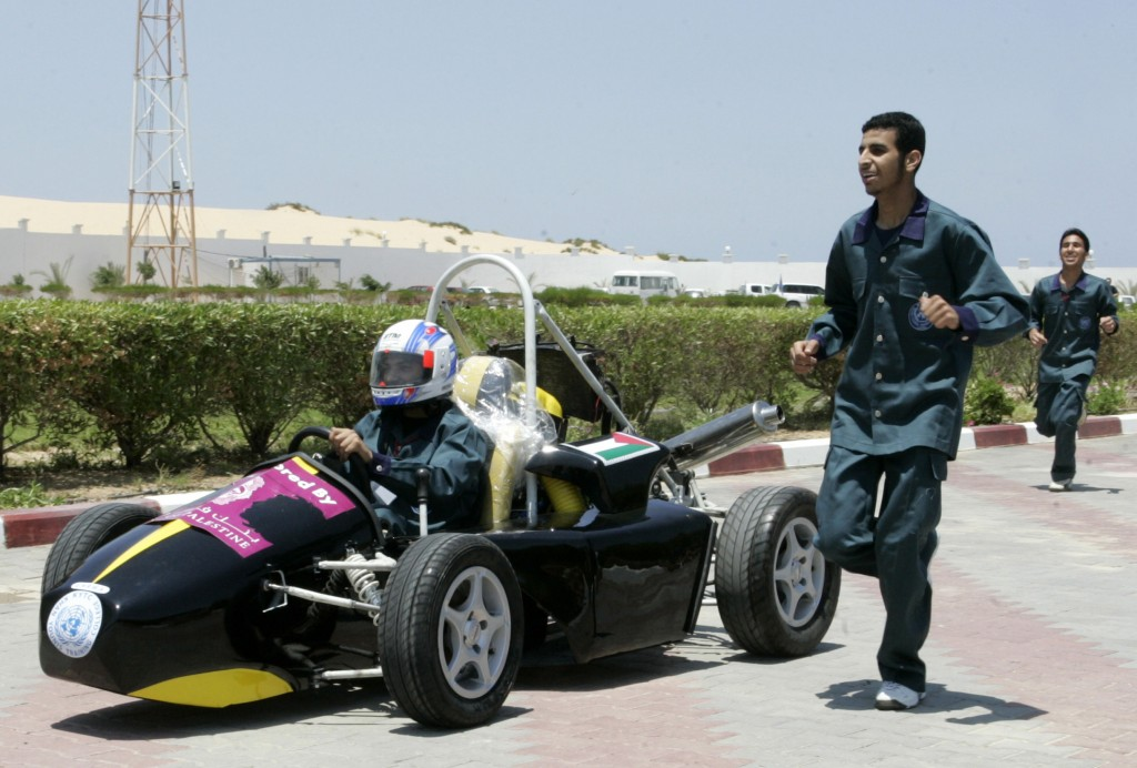 Estudiantes palestinos en un programa de entrenamiento de la universidad UNRWA probar su Fórmula 1 al estilo de carreras en Khan Younis, en el sur de la Franja de Gaza.  Foto: Abed Rahim Khatib / flash 90