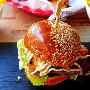 "Victoriei 18 isi prezinta ""vedetele"" din meniu:Mac`n`cheese, Chicken tikka, Curry Pot, Bollywood dogsiCandy Burger"