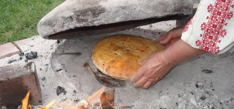 Degustare de pâine coaptă la țest, târg de produse tradiționale și spectacol folcloric