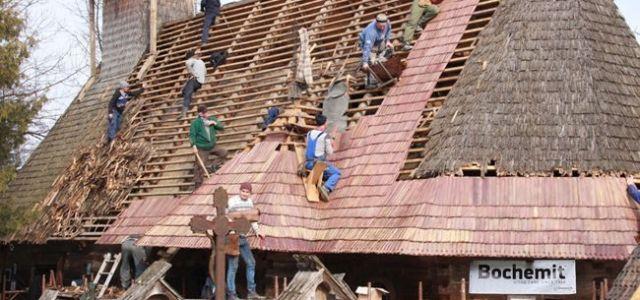 Biserica de lemn de la Breb, adusă la viaţă de o companie românească, de Prinţul Charles şi de voluntari