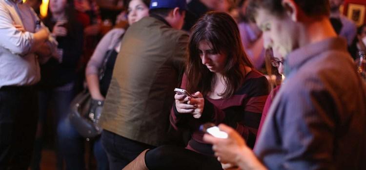 Persoana de lângă tine stă pe telefon? S-ar putea doar să te evite!