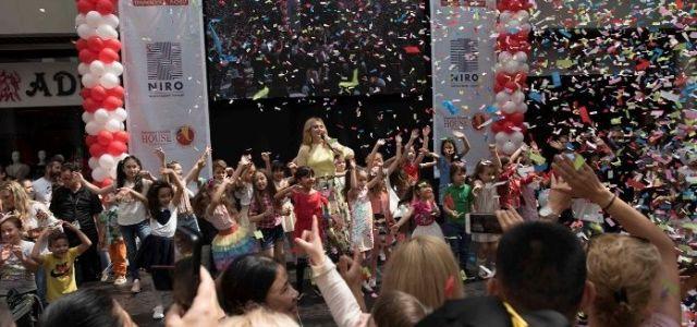 Sute de copii s-au bucurat de momente interactive si surprize dulci la Dragonul Rosu
