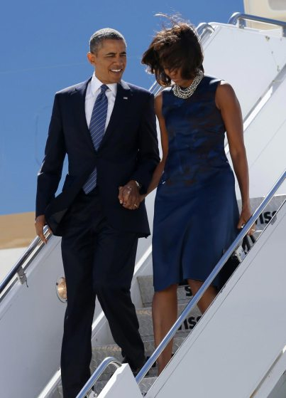 U.S. President Barack Obama and first lady Michelle Obama walk down from Air Force One upon their arrival in New York where Obama will attend the United Nations General Assembly September 23, 2013. REUTERS/Kevin Lamarque (UNITED STATES - Tags: POLITICS)