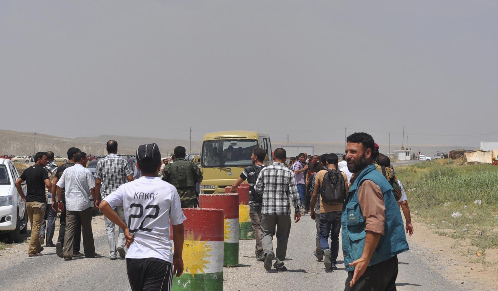 isplaced-families-minority-yazidi-sect-fleeing-violence-walk-outskirts-sinjar-west-mosul