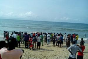 Crowd at the scene where the strange fish was seen on the shore of Eleko beach. (Photo Credit: Naij.com)