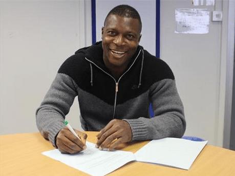 Nigerian footballer Yakubu Aiyegbeni signing his new Reading contract (Photo credit: BBC Sports)