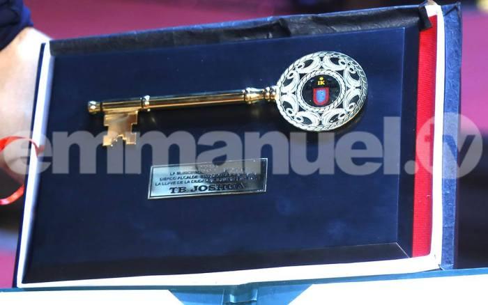 The key of the city given to TB Joshua | PRNewsFoto/Emmanuel TV