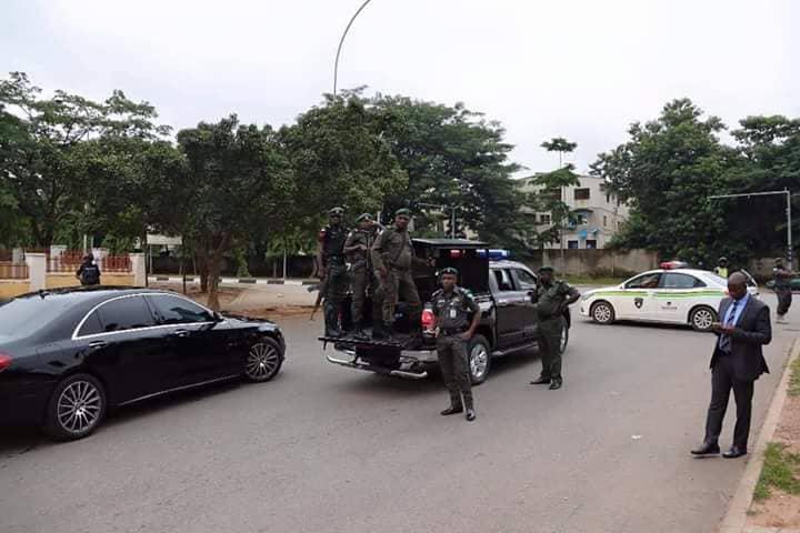 Police blocked the Senate President Bukola Saraki's convoy at Lake Chad Junction in Abuja on Monday, July 24, 2018