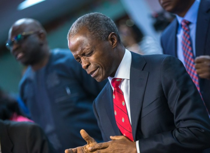 Vice President Yemi Osinbajo prays during an event with the Nigerian community in New York | Novo Isioro