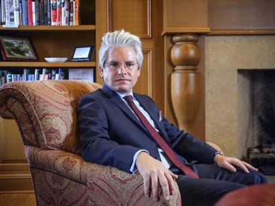 David Brock is considered to be one of the masters of agit-prop (agitation & propaganda) in the 21st century. A personality devoid of scruples, he is able to defend a cause as well as destroy it, according to the needs of his employer. He is at the head of an empire of mass manipulation.