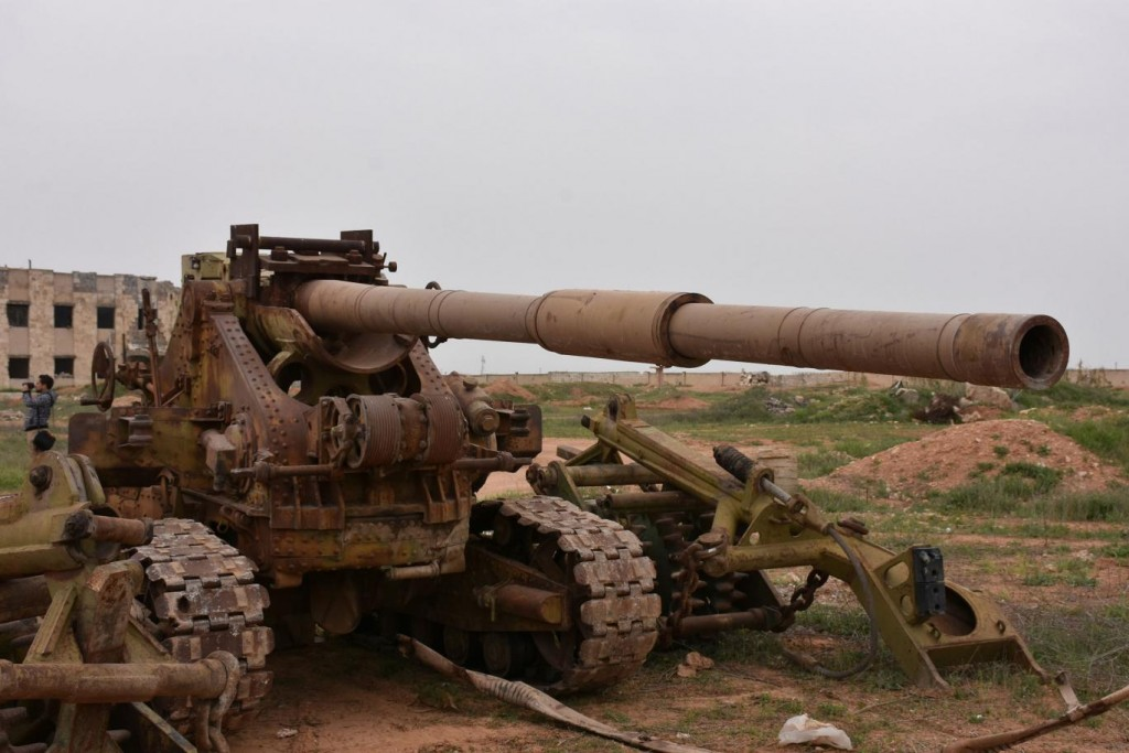 Isis gun consisting of a T-62 turret welded on a vintage French WW2 chassis. Click to enlarge