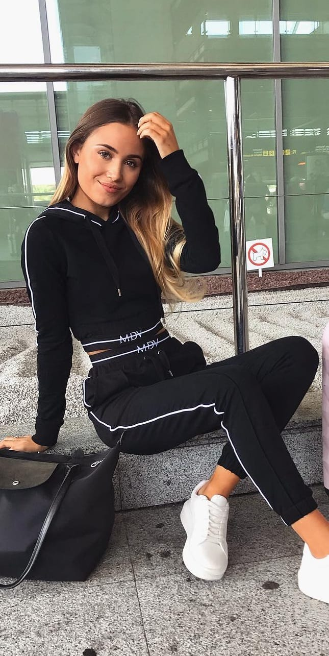 Black-Tracksuit-For-the-Perfect-Airport-look