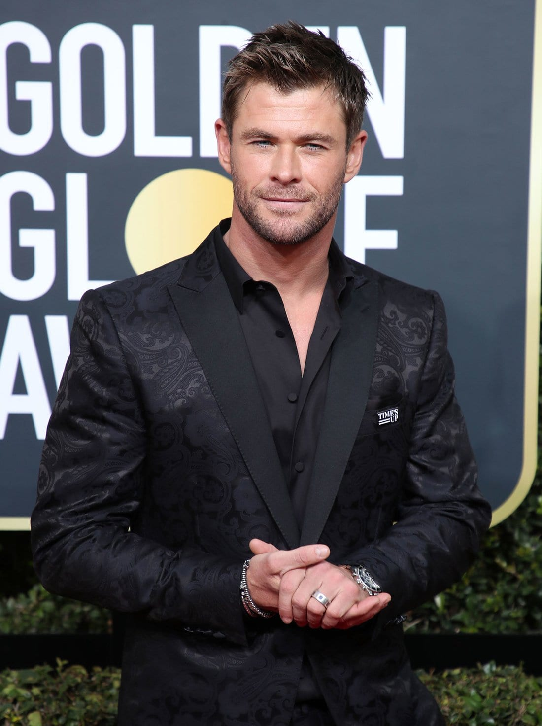 chris hemsworth black suit golden globes 2018