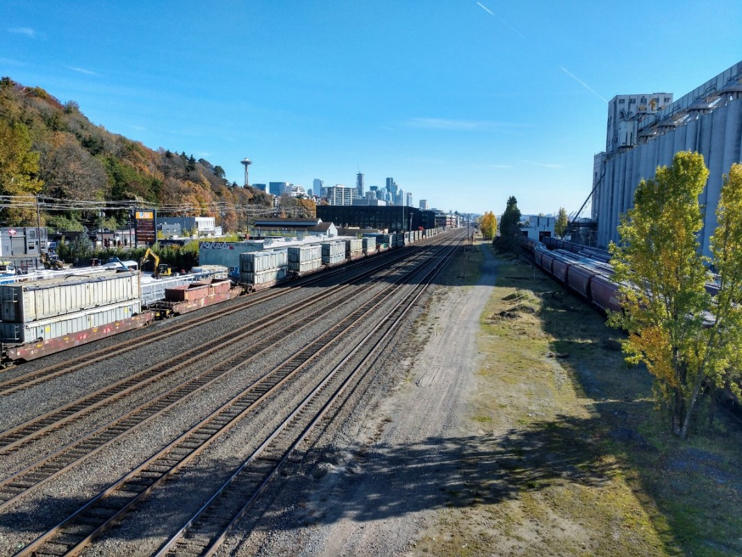 BNSF Railways track heading into Downtown Seattle from Interbay. (Credit: Doug Trumm)