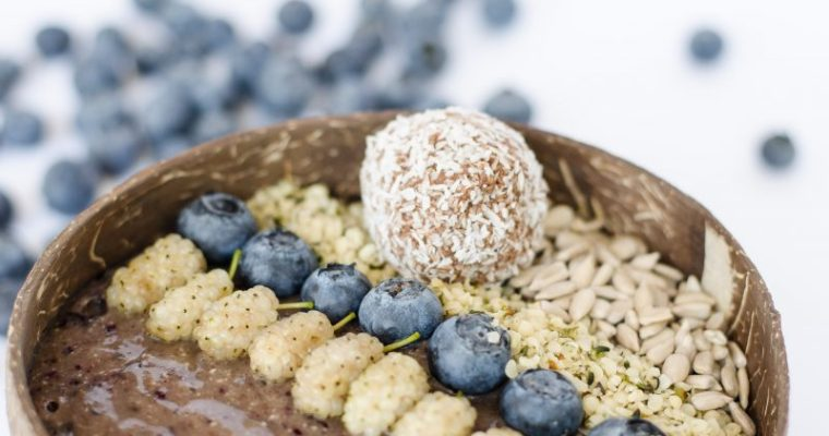 Smoothie bowl alle more di gelso e mirtilli