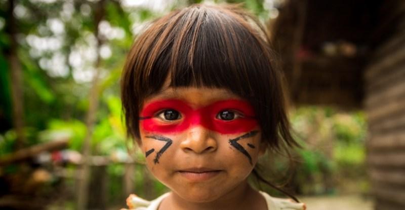 Fille de la tribu Amazon Guarani.  Utilisé à titre d'illustration et non comme membre de la tribu mentionnée.