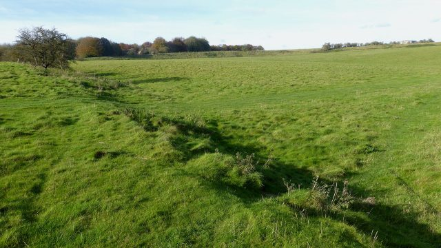 In the foreground is the southern wall of Durrington Walls, a prehistoric site near to Durrington in Wiltshire. In the background of the image is the western wall of the site. Credit: Ethan Doyle White – CC BY-SA 4.0