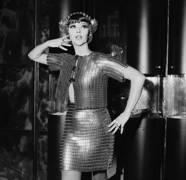 جیکی بوئیر 1967 میں پیکو رابن کی تخلیقات میں سے ایک ماڈلنگ کررہے ہیں۔