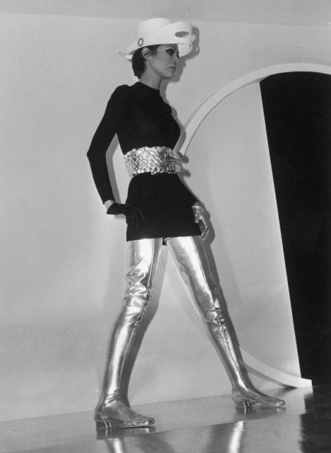 پیری کارڈن لباس پہنے ہوئے ماڈل ، 1968