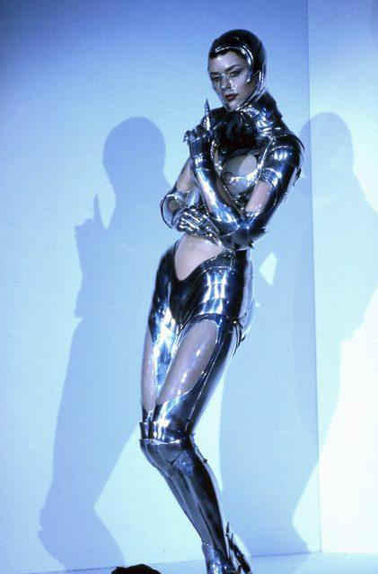 تھریری مگلر کے ڈیزائن کردہ لباس پہنے ہوئے ماڈل