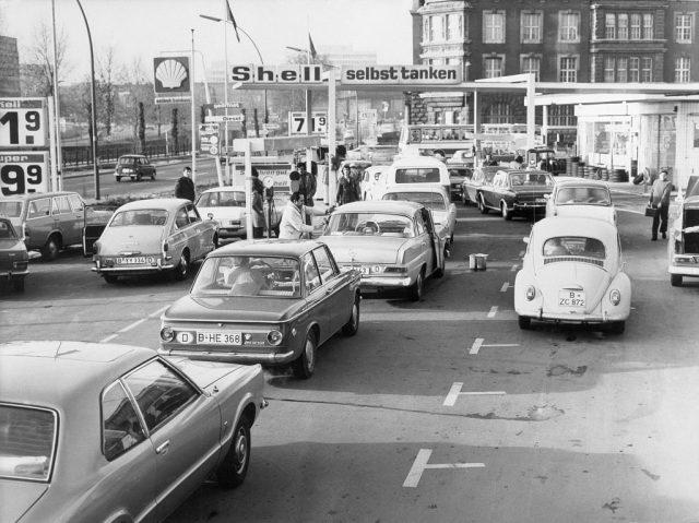 کاریں 1970 کی دہائی میں شیل گیس اسٹیشن پر کھڑی تھیں