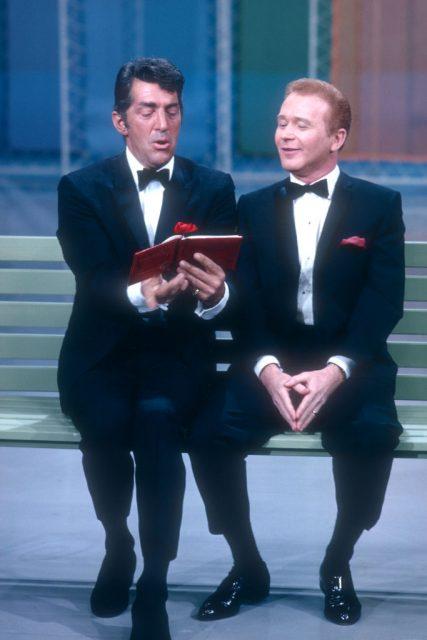 ڈین مارٹن اور ریڈ بٹن بینچ پر بیٹھے ہوئے ایک کتاب پڑھ رہے ہیں