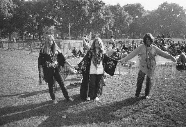 ایک پارک میں تین خواتین ہپیوں نے ہاتھ تھامے