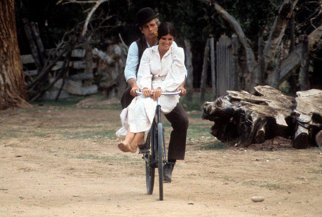 پال نیو مین اور کیتھرین راس 1969 میں فلم '' بُچ کیسڈی اینڈ دی سنڈینس کڈ '' کے ایک منظر میں سائیکل پر ڈبل سواری کر رہے ہیں۔