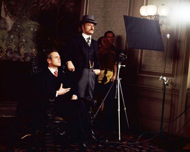 پال نیو مین اور رابرٹ ریڈ فورڈ مغربی فلم '' بُچ کیسیڈی اور دی سنڈینس کڈ '' کے سیٹ پر تصویر کھنچاتے ہوئے ، جارج رائے ہل ، 1969 کی ہدایت کاری میں۔ (فوٹو کریڈٹ: سلور سکرین کلیکشن/گیٹی امیجز)