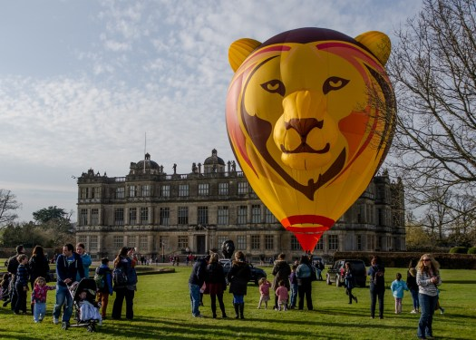 Flying lion hot air balloon in front of Longleat House (2000x1429)