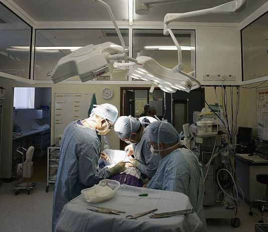 A study of 20,304 kidneys transplanted between 2001 and 2015 in the U.K. found that transplants with a black recipient or an Asian donor had higher rates of donor organ failure after seven years. Pictured, surgeons at The Queen Elizabeth Hospital Birmingham conduct an operation on June 14, 2006, Birmingham, England. (Christopher Furlong/Getty Images)