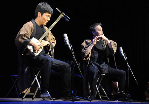 Wariki members performing with fue and shamisen