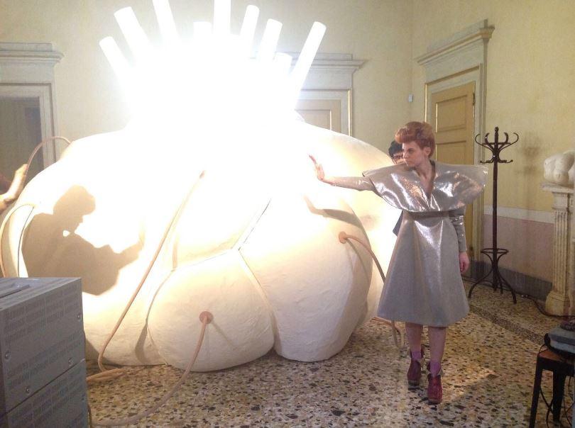 Anche momenti di recitato nella mostra a Palazzo Reale con Alcantara (Foto: Alessandra Fenyves)