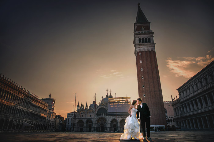 Pre-wedding in Venice and Milan. Photo by Kennfoo Weddings. www.theweddingnotebook.com