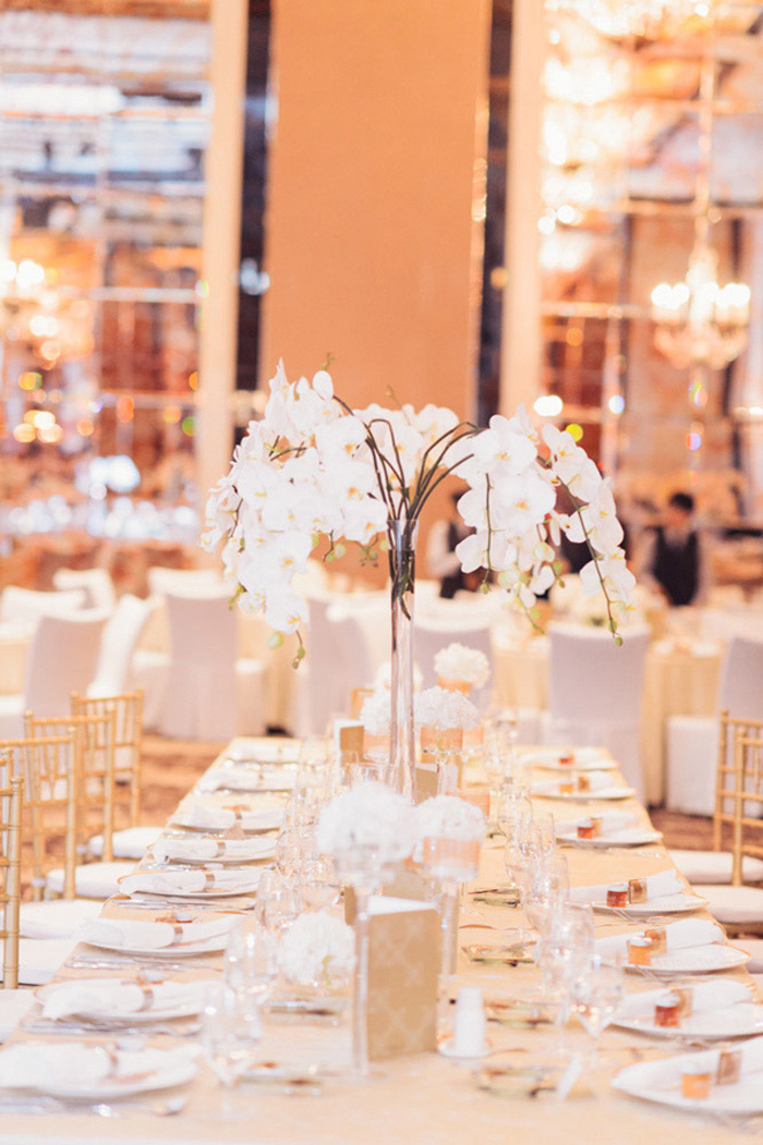 A glamorous wedding at Raffles Hotel Singapore. Photo by Bespoke Brides. Styling by The Wedding Stylist. www.theweddingnotebook.com