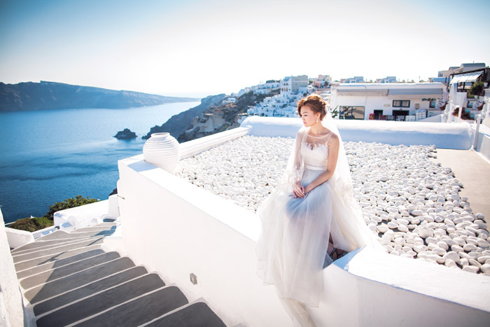 Destination pre-wedding photos at Santorini. Edwin Tan Photography. www.theweddingnotebook.com