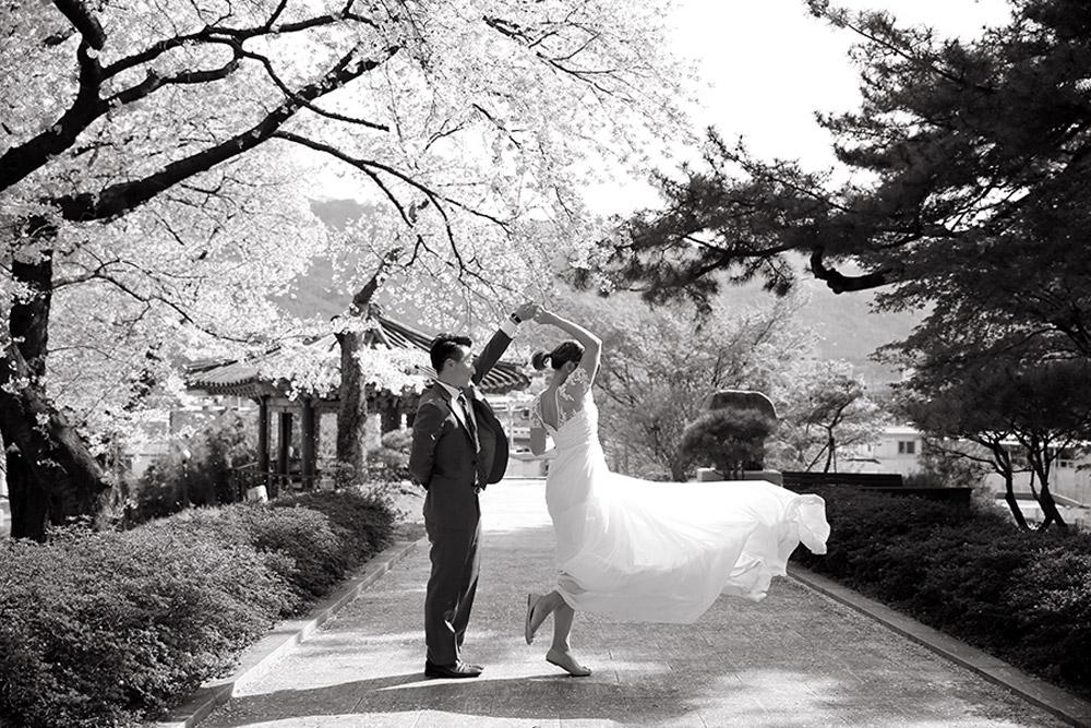 Photo DIY Bridal Portraits In Seoul. www.theweddingnotebook.com