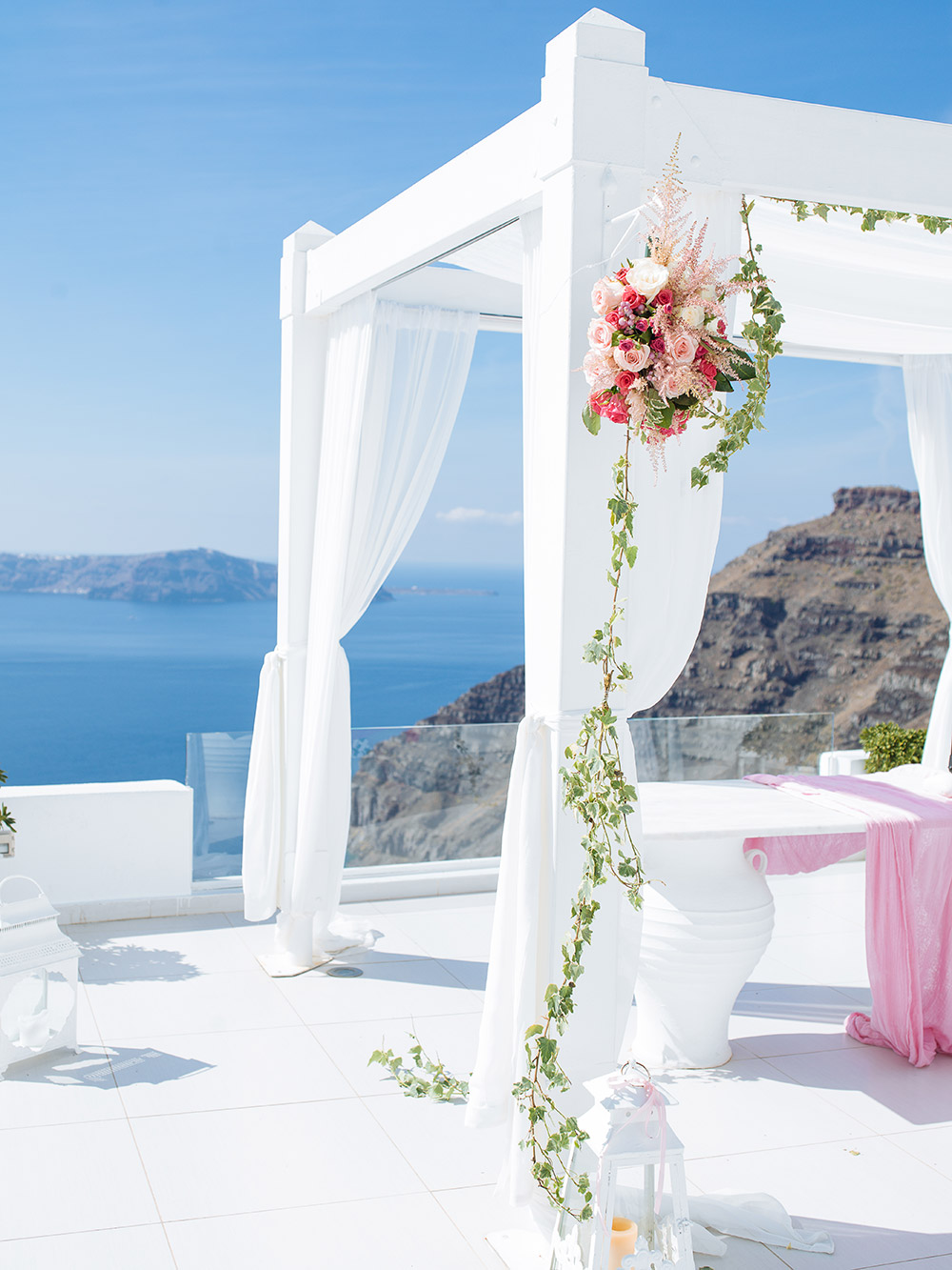 Destination wedding in Santorini. Photo by Sunrise Greece. www.theweddingnotebook.com